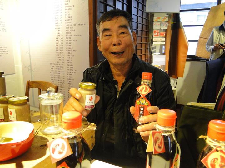 花蓮市新味醬油行老闆許南東展示不添加防腐劑古法釀造的醬油。記者范振和∕攝影