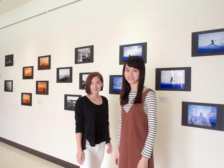 屏大學生黃暄閔(右)及林怡君(左)以地球暖化為主題,展出「Global Warming Dance in Pingtung」。記者林良齊/攝影