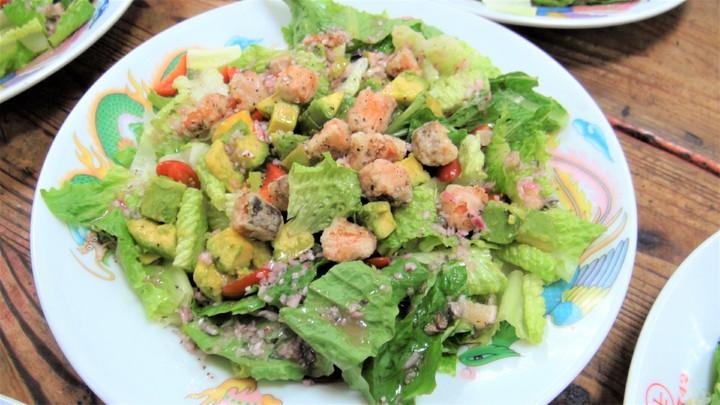 「蘿蔓酪梨鮭魚沙拉」裏頭,萵苣含貝塔胡蘿蔔素與鉀;含油脂的酪梨則有替代沙拉醬的功能,同時有維生素E;鮭魚有豐富蛋白質與EPA與DHA等脂肪酸,有助預防心血管疾病。記者羅真/攝影