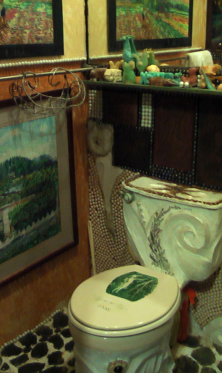 連洗手間裡的馬桶,都有浮雕裝飾。記者徐如宜/攝影