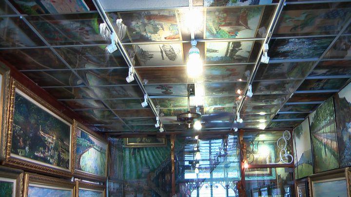 蔡政志美術館的每一吋都是藝術,連天花板上都陳列滿滿的油畫作品。記者徐如宜/攝影