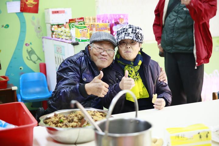 新豐鄉五個村村民、30對親子暨80位大小義工,還有周邊40間社區商家,今天齊聚在聚集德非營利幼兒園,一起與長輩吃團圓飯、聊天。圖/聚集德非營利幼兒園提供
