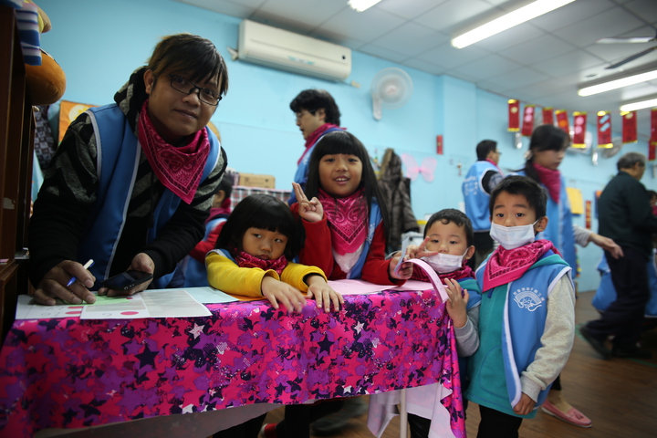 聚集德非營利幼兒園孩童,在家長帶領下,深入社會關懷。圖/聚集德非營利幼兒園提供