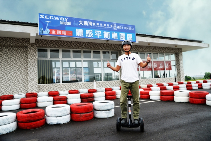 屏東東港大鵬灣國際休閒特區規畫體感平衡車體驗區,藉由身體平衡就能趴趴走。圖/大鵬灣提供