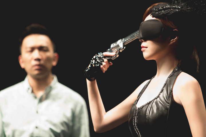 天心演出新戲「魔幻對決」拍拿槍抵太陽穴,前一晚還緊張到失眠。圖/公視提供