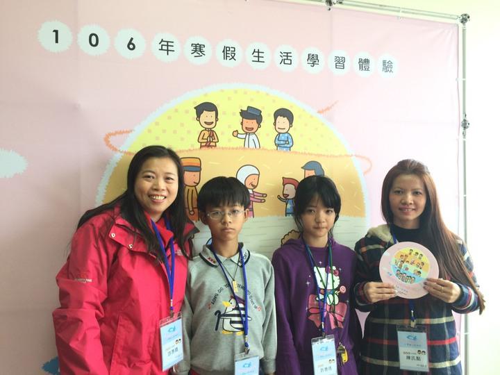 就讀中和國小5年級的許惠琇(右二)很期待和媽媽陳氏點(右一)、哥哥許富舜(左二)和老師游惠晴一起回到第二個故鄉越南。記者許家瑜/攝影