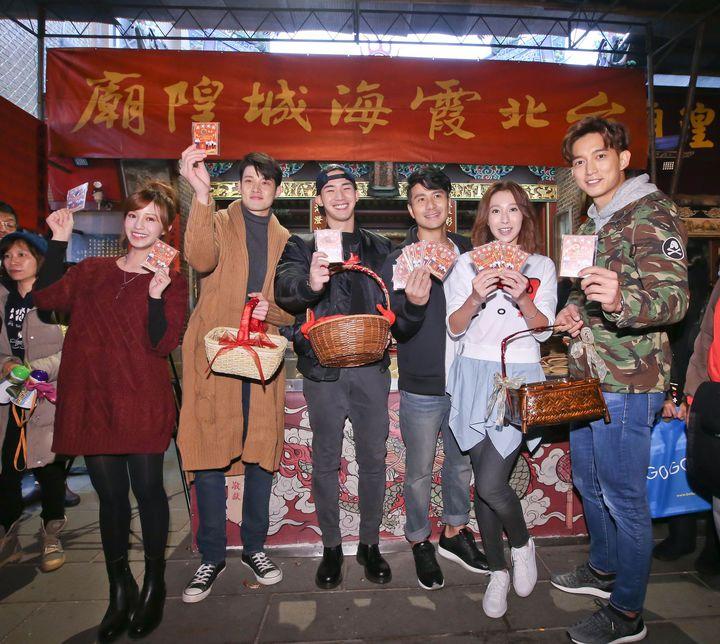 王家梁(右起)、楊晴、郭彥甫、楊鎮、寇家瑞、陳敬宣在迪化街霞海城隍廟前發紅包。圖/中天提供