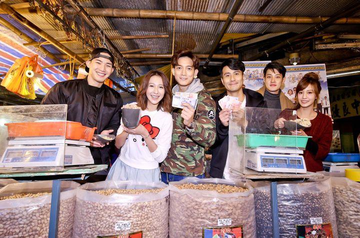 「讓愛飛揚」劇組演員楊鎮(左起)、楊晴、王家梁、郭彥甫、寇家瑞、陳敬宣分隊PK 叫賣年貨。圖/中天提供