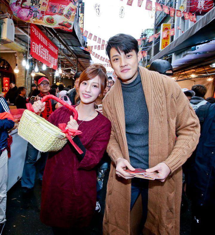 陳敬宣(左)、寇家瑞為戲造勢上迪化街發紅包。圖/中天提供
