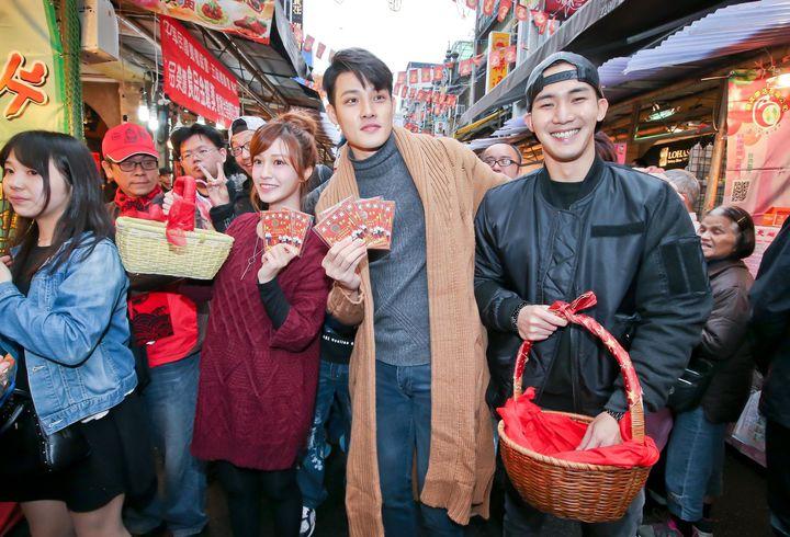 陳敬宣(左起)、寇家瑞、楊鎮為戲造勢上迪化街發紅包。圖/中天提供