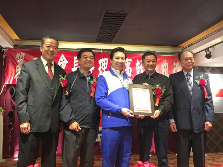 金門縣長陳福海(左三)代表頒贈感謝狀給維他露公司,感謝他們長期對紅會的支持。記者蔡家蓁/攝影