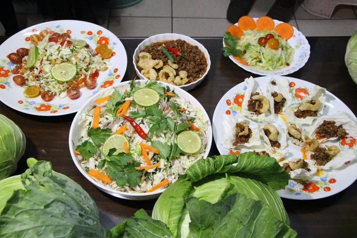新住民姊妹將高麗菜涼拌、做成泡菜。記者林敬家/攝影