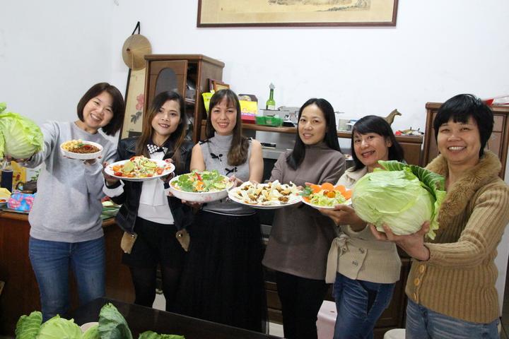 立法委員林麗蟬(左一)發起搶救高麗菜,邀請新住民姊妹教民眾母國高麗菜料理。記者林敬家/攝影
