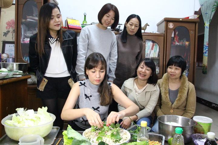 立法委員林麗蟬(後中)發起搶救高麗菜,邀請新住民姊妹教民眾母國高麗菜料理。記者林敬家/攝影