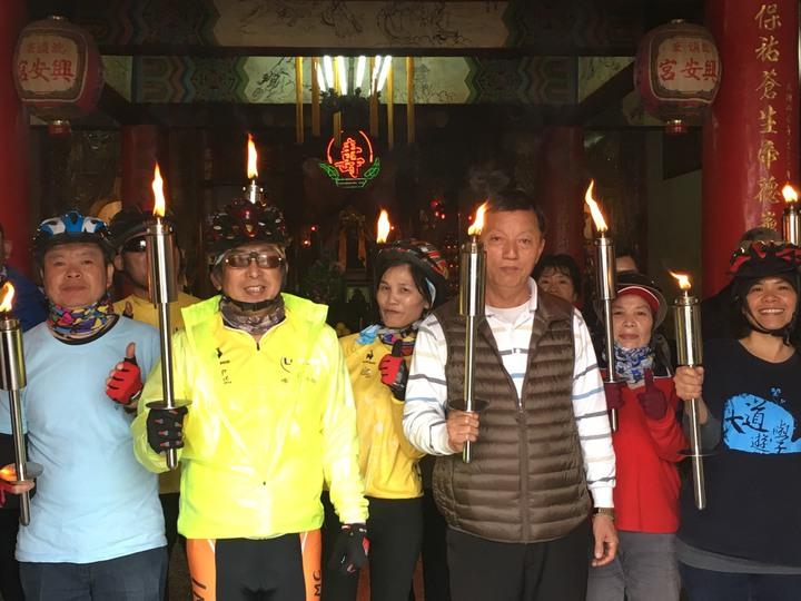 社大台江分校各班代表及社團幹部傳聖火到台江各大廟拜年。記者周宗禎/攝影