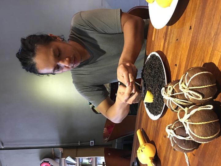 31歲彭瑋翔,將客家酸柑茶,結合瑞穗蜜香紅茶,並以當地有機文旦、無毒檸檬製作,融入新創意,盼傳承酸柑茶風味。記者陳麗婷/攝影