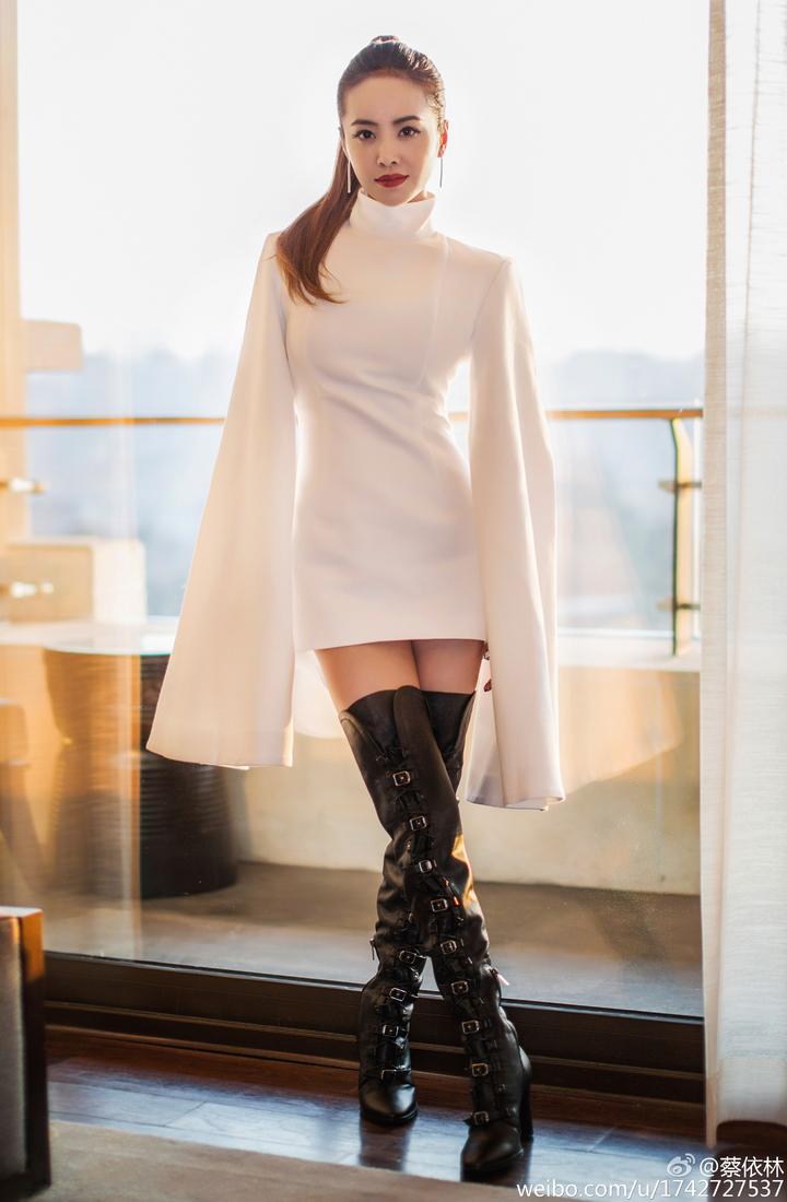 蔡依林今天凌晨在微博上與粉絲分享昨晚上節目的霸氣裝扮。圖/摘自蔡依林微博
