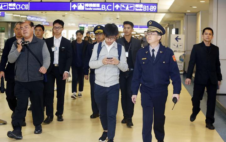 香港眾志秘書長黃之鋒傍晚抵達桃園機場,這是黃之鋒本月第二次訪台,為防止堵人事件再度發生,航警局派出十位制服與便衣員警貼身保護。記者鄭超文/攝影