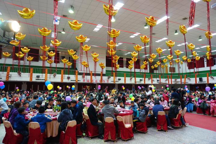 福添福社會福利基金會今晚在嘉中樹人堂辦圍爐餐會「助你幸福」,席開105桌。記者林伯驊/攝影