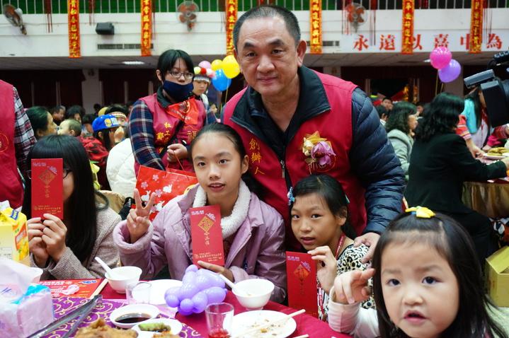 小朋友領到陳盈助(右3)的紅包很開心。記者林伯驊/攝影