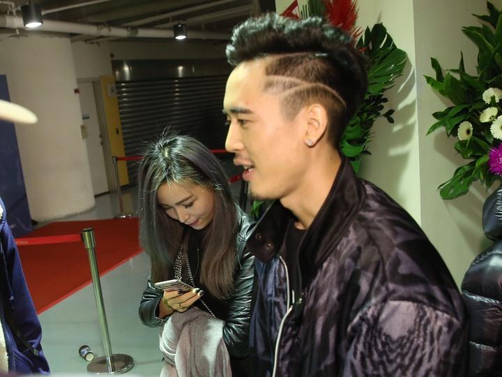 麻吉弟弟和女伴到玖壹壹演唱會現場。記者楊萬雲/攝影