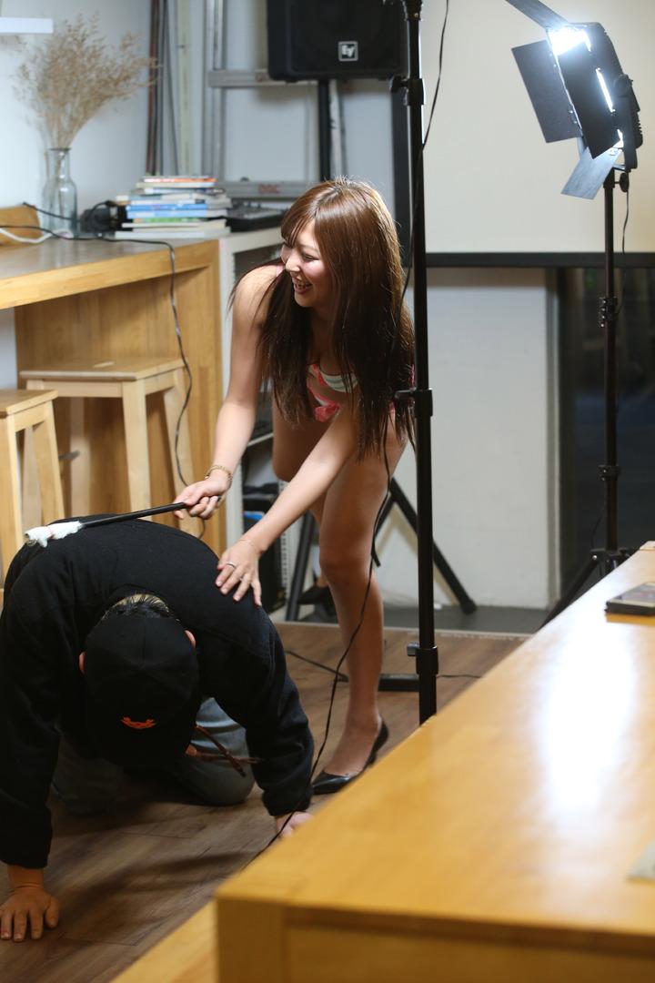 日本AV女優水稀美里來台舉辦見面會,與粉絲開心互動。記者陳瑞源/攝影