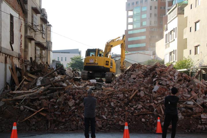 彰化市杜錫圭故居今天上午被怪手剷除。記者林敬家/攝影
