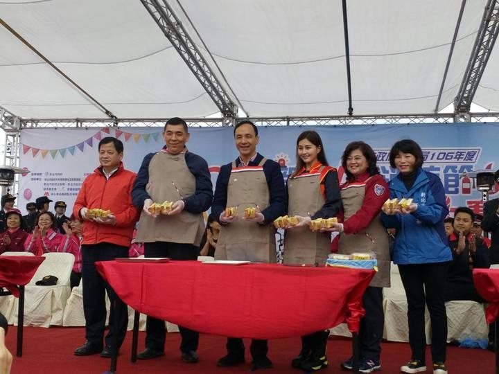 朱市長親自示範輕食製作,並邀集平時因工作繁忙而彼此相聚時間較少的消防眷屬們一同參與園遊會。記者陳雕文/翻攝