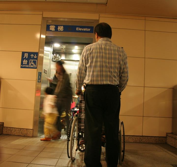 台北捷運自去年底,停止輪椅推送行動不便人士的貼心服務,往後行動不便的民眾要坐輪椅搭捷運,只能自己推,或是靠親友幫忙。圖/行無礙資源推廣協會提供