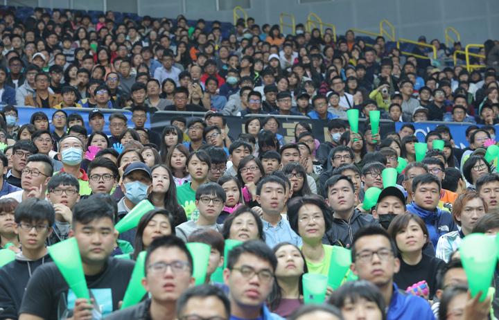 松山和高苑的壓軸大戰吸引上千球迷,高雄巨蛋首度開放第2層觀眾席。  記者劉學聖/攝影