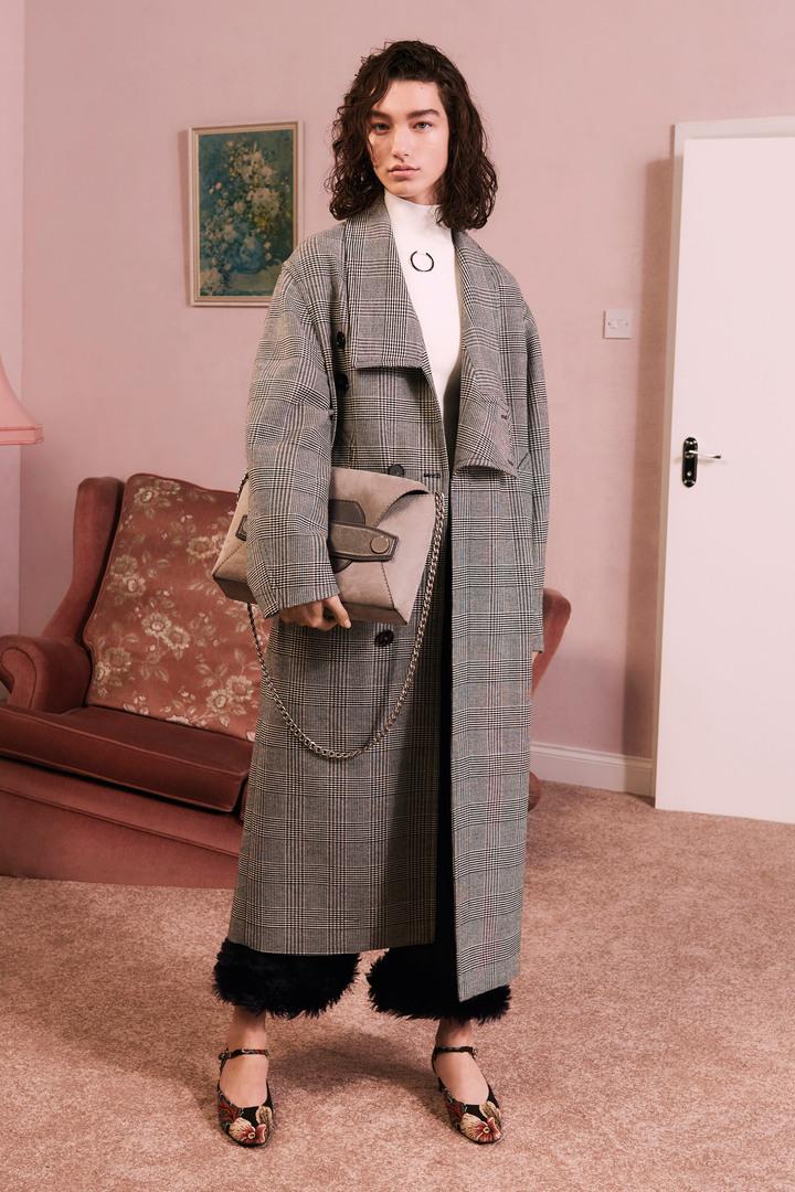 皮草飾邊長褲是本季別富新鮮感的作品。圖/CLUB DESIGNER提供