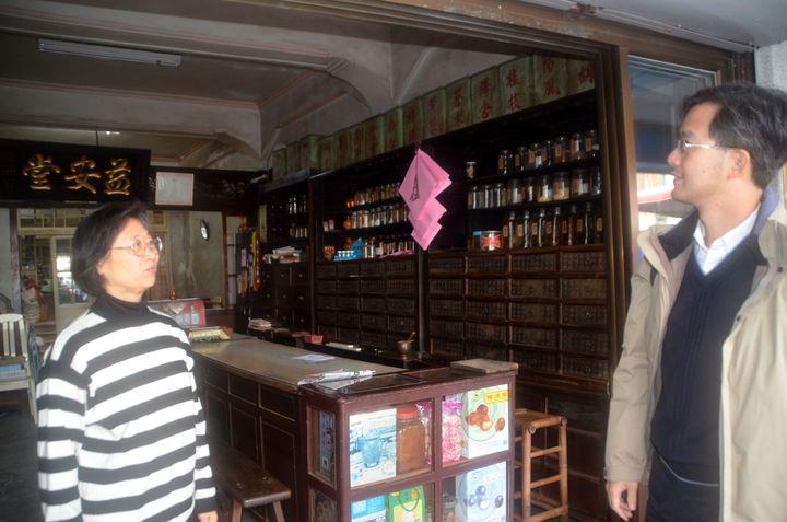 鹽水區三福路的益安堂百年中藥行,店家說立面照明改造後,年輕人也登門尋寶。記者邵心杰/攝影