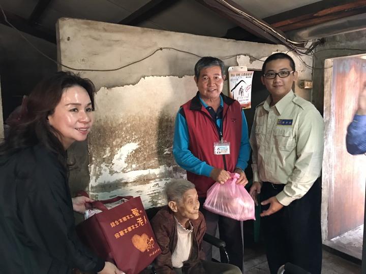 台南市山上區公所替代役男協助華山基金會送年菜到獨居老人家中。圖/山上區公所提供