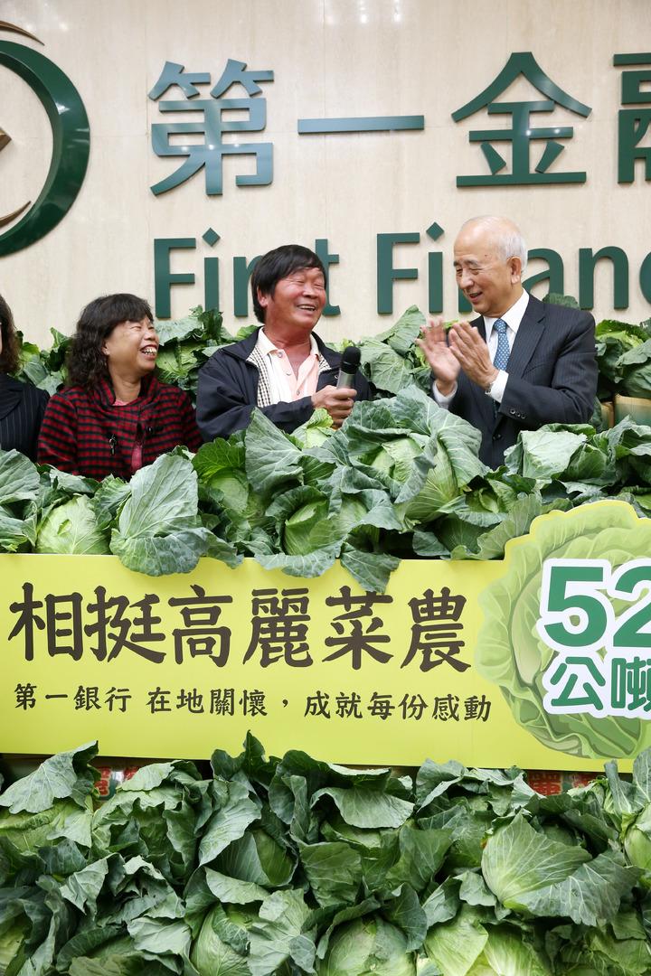 第一金控董事長蔡慶年(右)現場向辛苦的菜農致意。記者邱德祥/攝影