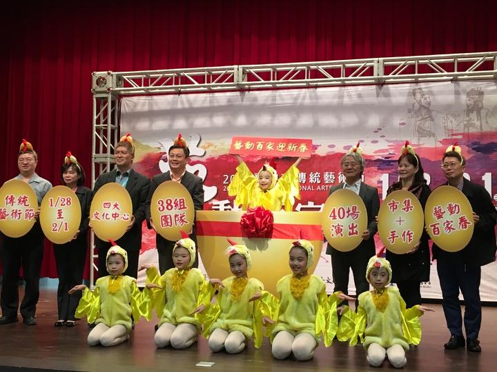 台中傳統藝術節在四大中心,春節不打烊,邀民眾一起來「金雞報喜」。記者喻文玟/攝影