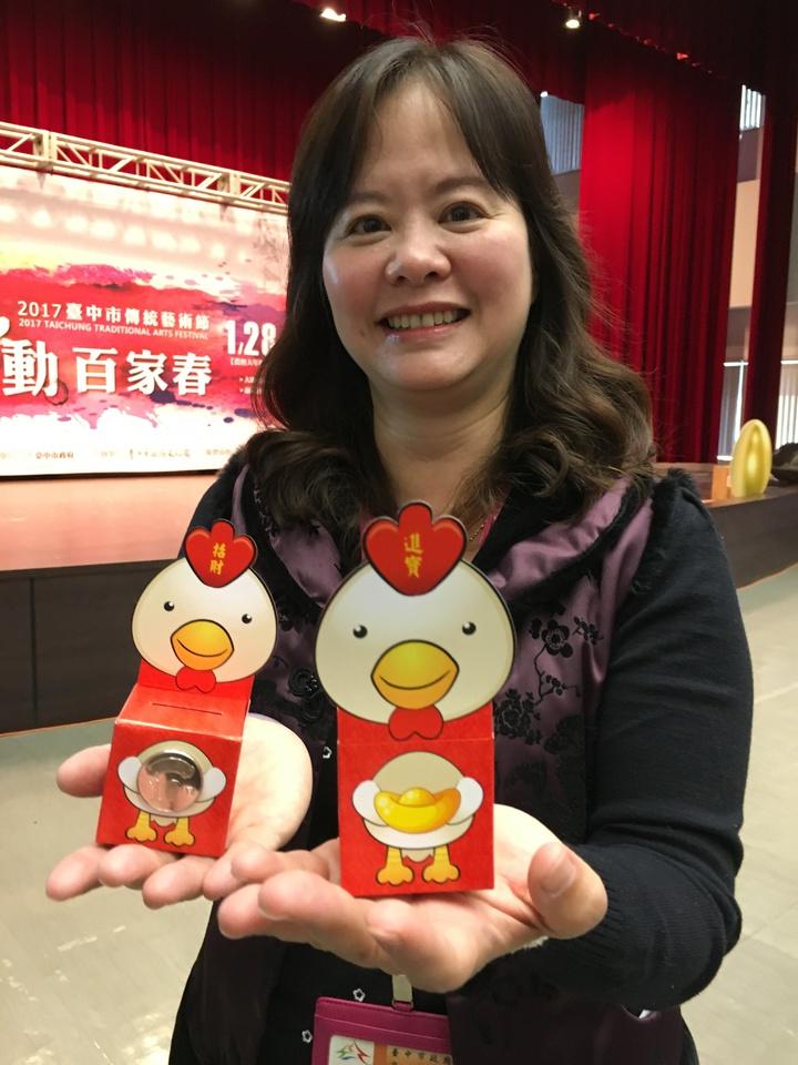 台中傳統藝術節將送出5000份10元紅包,可折成小雞撲滿,相當可愛。記者喻文玟/攝影