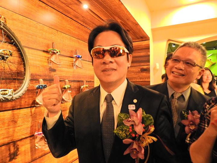 台南市長賴清德今參觀華美光學眼鏡觀光工廠,載上業者生產的太陽能專業眼鏡相當酷。記者吳淑玲/攝影