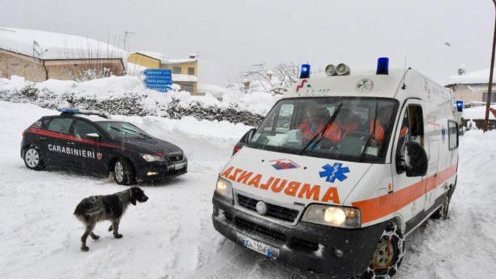 救護車抵達義大利拉里格皮亞諾飯店搶救傷患。歐新社