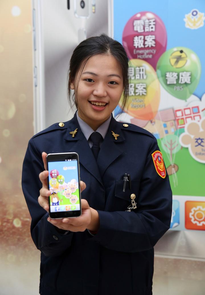 華碩與警政署上午舉行合作記者會,華碩手機「預載警政服務APP」,讓民眾和警察連結在一起,共同守護民眾的安全。記者曾吉松/攝影