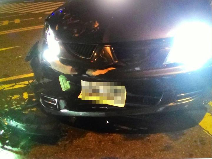 潘姓車主的黑色轎車遭槍擊發前,疑被他車攔阻曾發生碰撞。記者林保光/翻攝