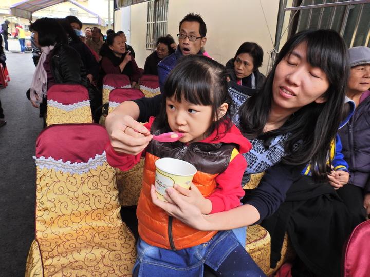台南市新市區三民街地震受災戶今天歡喜「入厝」吃湯園。記者吳淑玲/攝影