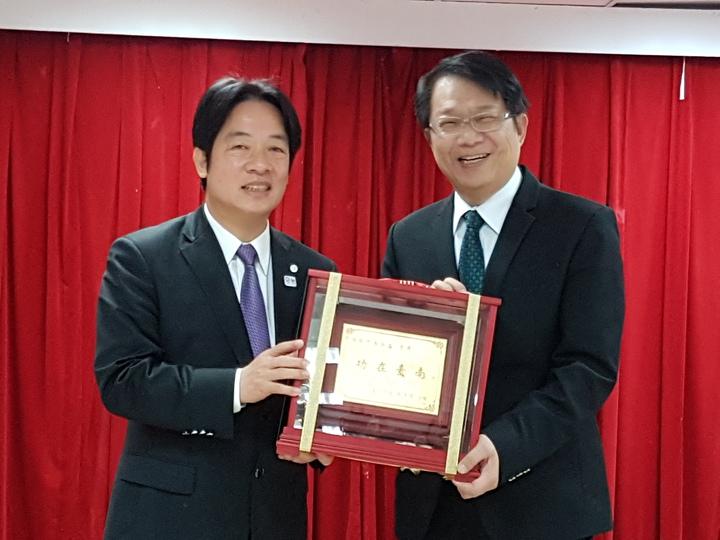 台南市長賴清德(左)上午在副市長顏純左的歡送會上,頒贈功在台南的牌匾。 記者修瑞瑩/攝影