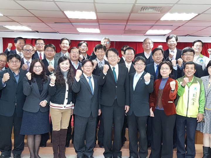 台南市副市長顏純左( 前排中)上午正式辭職參選下任的市長 記者修瑞瑩/攝影