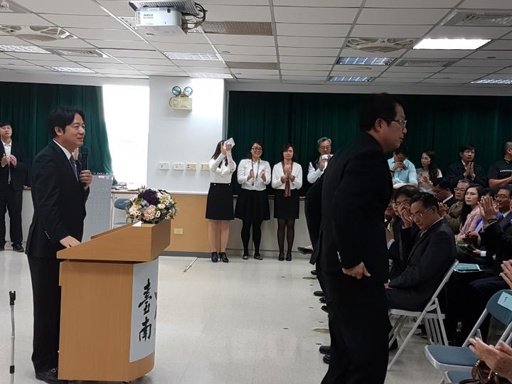 台南市長賴清德(左)上午參加副市長顏純左的歡送會多次稱讚, 顏則不斷的鞠躬致謝 記者修瑞瑩/攝影