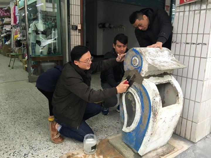 花蓮玉里文史工作者陳世淵與好友一同修復至少超過50年的水泥製企鵝垃圾桶。記者陳麗婷/攝影