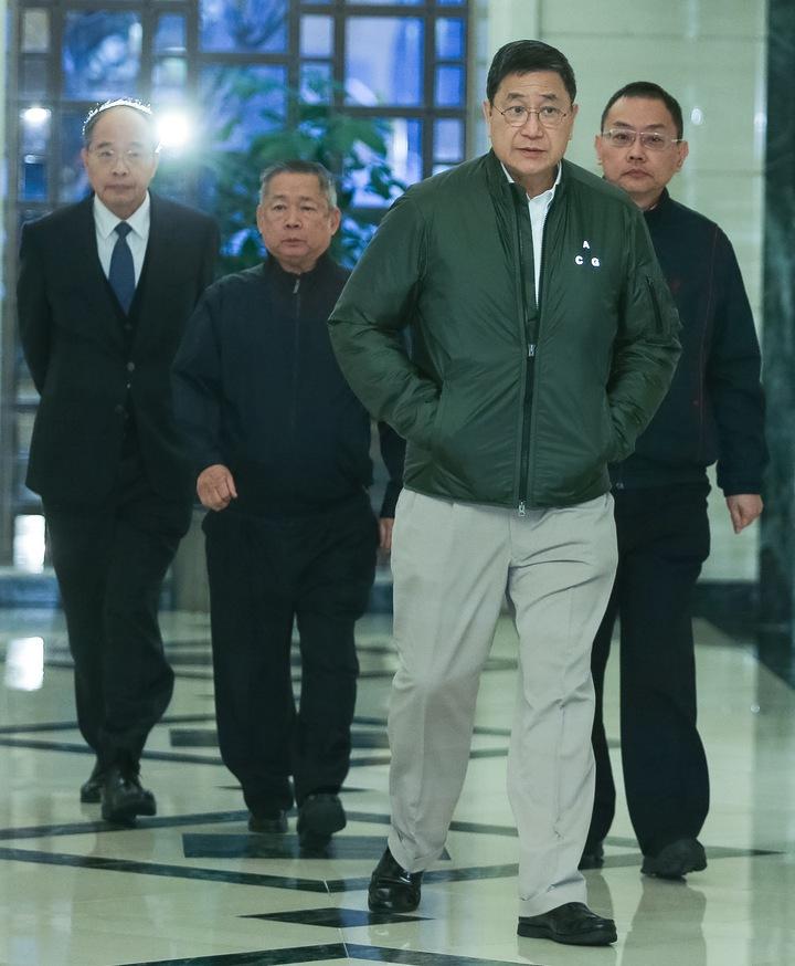 台泥新任董事長張安平(右2)今天下午在董事會成員陪同下出面說明董事會結果。記者黃威彬/攝影