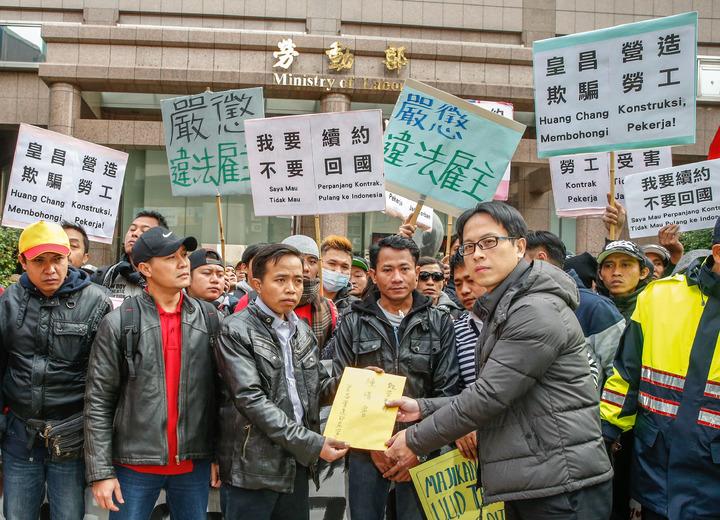 台灣國際勞工協會與一百名興建世大運選手村的印尼移工上午前往勞動部陳情,要求嚴懲違法仲介與雇主,希望不要三年不到就回國,要繼續工作。記者鄭超文/攝影