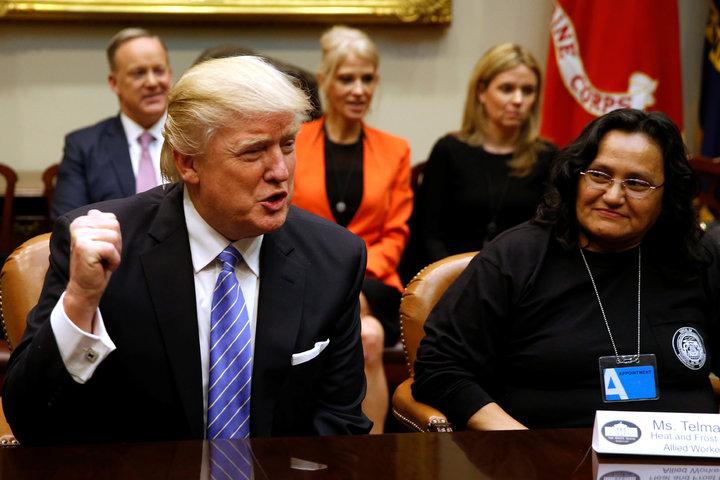 美國總統川普24日敦促美國三大汽車商執行長在美國生產更多汽車,推動將就業機會帶回美國的承諾,並阻止車商在墨西哥投資,圖為川普的資料照片。(圖/路透)