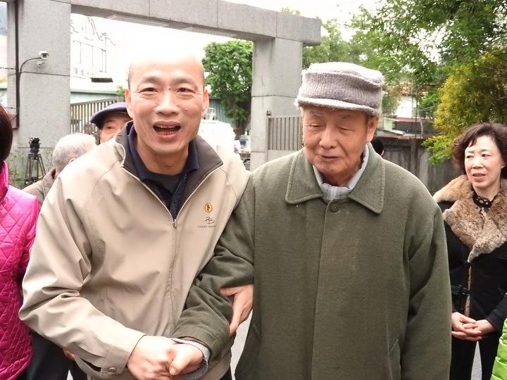 參選國民黨主席的韓國瑜,今天上午到國防部退員單身宿舍「中和新莊」拜年,與榮民長輩熱情互動寒暄,他強調自己是土生土長中和子弟,與榮民幾十年感情「血濃於水」。記者祁容玉/攝影