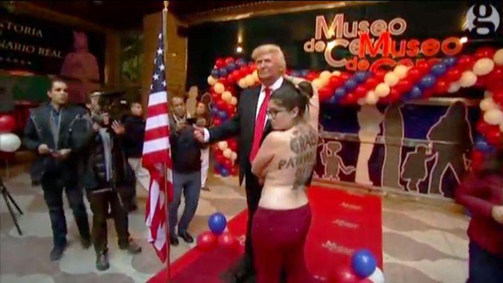 費曼組織成員以裸露上半身方式向川普蠟像示威。向洋影業提供